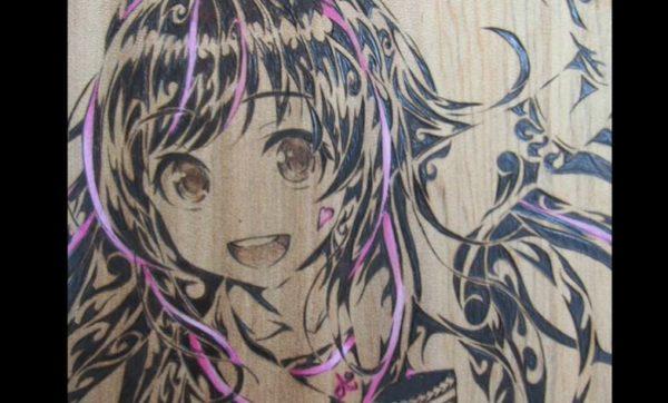 キズナアイを電熱ペンで木材に描いてみた 繊細な瞳と民族紋様風に仕上げられた髪の描き込みに「これ良いなぁ!」