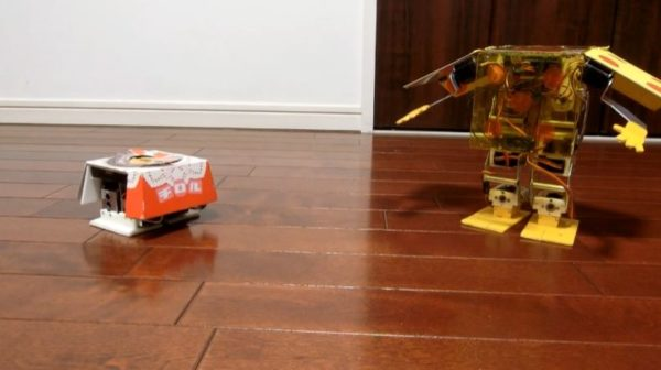 「C3POとR2-D2みたい」チロルチョコとサイコロのロボット作ってみた 激しい横移動やビー玉発射…小さな生き物のようなカワイイ動き