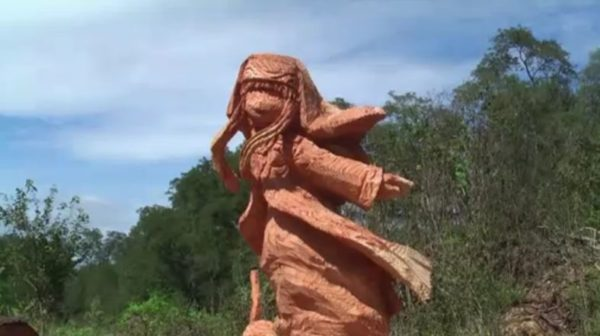 『とある』インデックスを一本の木からチェーンソーで彫ってみた! 髪の毛や服の模様まで再現する匠の業に「これがLV6の力か」