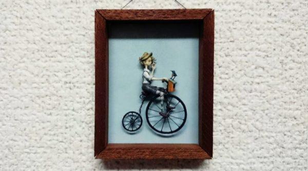 青い鳥を乗せた自転車をこぐ少年のミニチュアフレーム 幸運を運んでくれそうな作品に「ステキだぁ」