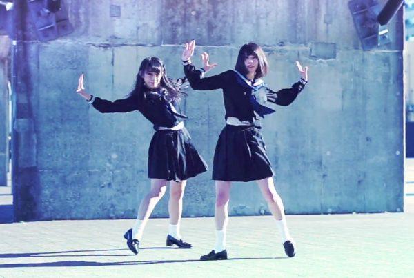 セーラー服女子ふたり組のダンスがクール&ビューティー 表現力たっぷりの激しい振り付けに「かっこいい!」「最高すぎる」