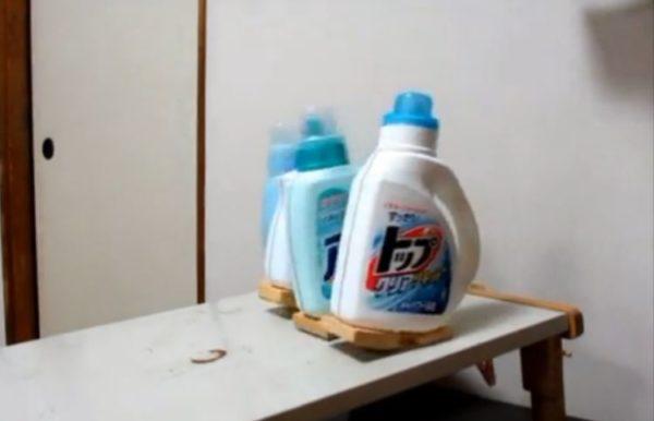 「トップをねらえ!」木の足をつけた液体洗剤たちの徒競走。カタカタといい音をさせて走る洗剤たちの勝負の結果は?