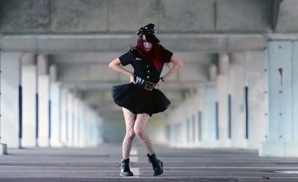 """赤髪のお姉さまが""""黒ポリス""""コスで踊ってみた! セクシーすぎる振り付けと艶技に「尋問してくださいぃぃぃ!」"""