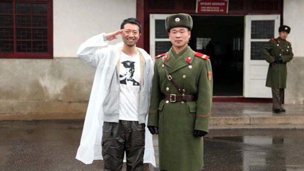 北朝鮮観光で撃ち殺されそうになった話。記念撮影だからって兵隊の腰に手を回しちゃダメ、絶対