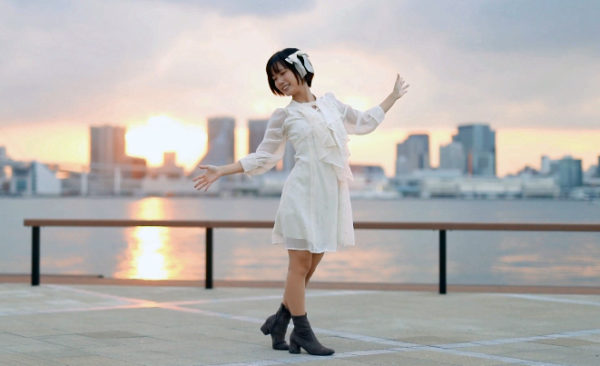 """白ワンピ美少女が沈む夕陽をバックに優雅にダンス――天使が舞い降りたような""""踊ってみた""""に「最高かわええ!」"""