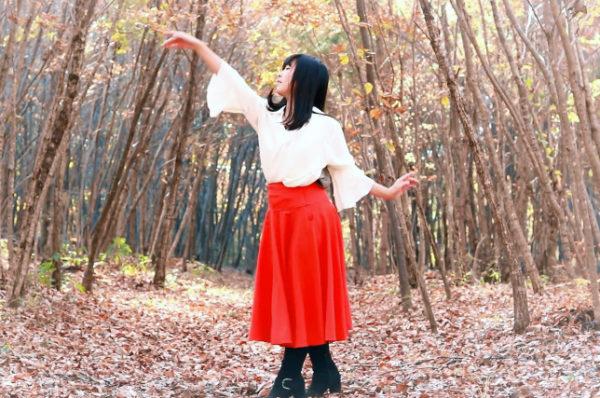 """秋風にひらめくスカートが魅せる""""踊ってみた""""。舞い散る落葉と黒髪少女の儚げな表情に「なんてキレイなんだ」"""