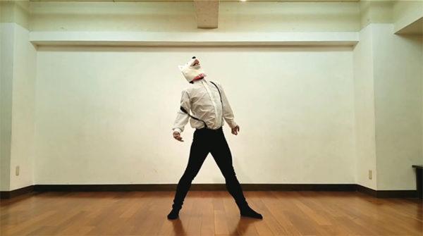 """""""サスペンダーイヌ男""""に扮した歌い手・un:cがめちゃくちゃ滑らかなラジオ体操を披露。つま先立ちで機敏に動き体幹の強さもアピール"""