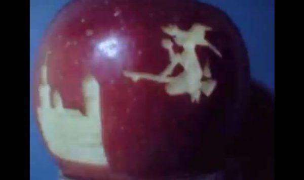 """『BadApple!!』PVを""""本物のリンゴ""""のコマ撮りで再現。次々と彫られる霊夢や魔理沙らの姿…これはリンゴを操る程度の能力の持ち主の仕業!?"""