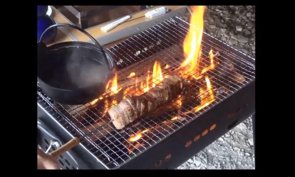 """『ゴブリンスレイヤー』のファンタジー飯を家庭で再現! 薪の火で調理された""""獣肉の串焼き""""や""""とろけるチーズ""""…これは甘露!"""