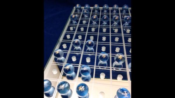 ガラスで作られた美麗な将棋セットにため息。宝石のような駒たちに「おいくら万円ですか?」
