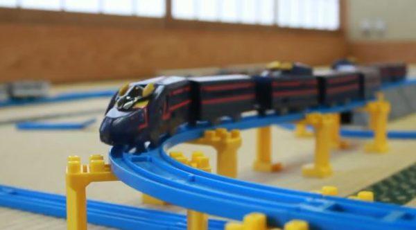"""『新幹線変形ロボ シンカリオン』漆黒の新幹線が現れるシーンを再現。プラレールを改造してブラックシンカリオンを""""9両フル編成""""にしてみた!"""