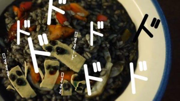 """『ジョジョの奇妙な冒険 黄金の風』リゾット・ネエロを作ってみたッ! チーズで作った""""メタリカ""""を散りばめて美味しそう(!?)に完成"""