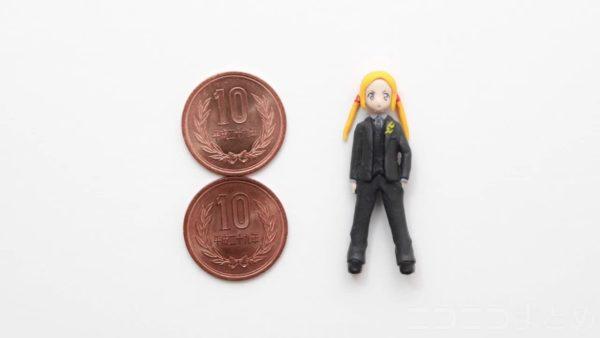 『SSSS.GRIDMAN』20円しか出さなかったボラーを20円サイズで作ってみた! スーツのシワまで粘土で再現「何てデカい10円玉だ(笑)」