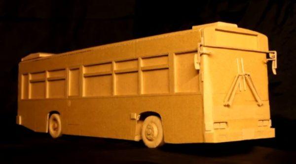 """ダンボールで作った""""路線バス""""が、ダンボールの街並みを走る!?  開閉するドアに動くワイパー…圧巻の光景に「想像以上でちびった」「街も作ったんかいww」"""