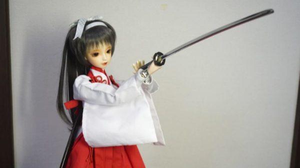 """""""巫女コス""""のドール型ロボットが豪快に日本刀を振り回す! キレッキレの動きで魅せる演武に「凄すぎワロタ」「最高」の声"""