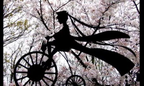 """満開の桜に""""切り絵""""をかざしてみた…写真を撮る女性や駆け抜ける子どもたち、恋人同士や『千本桜』初音ミクなど「静と動」を感じる作品集"""