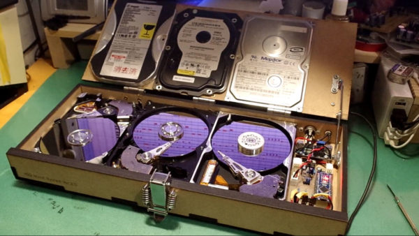 いいピコピコ音、奏でます! ハードディスクで『トーデス・トリープ』を自動演奏してみた! 3台並んだ円盤がDJみたいでカッコイイ