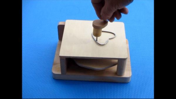なぜかわかるかな?――ハンドルを回す→固定されてないハート型の針金もくるくる回る不思議な装置
