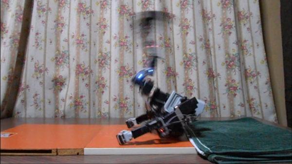 二足歩行ロボットが仰向けからのバック転!? 美しいフォームに「次はバック宙だ」と更なる進化を期待する声が集まる