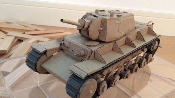 """ダンボールで作った""""動く""""重戦車。壁をぶち破り、悪路をものともせず進んだ結果……!? 衝撃のオチに「アニメとかでよくあるw」「だいたい史実」"""