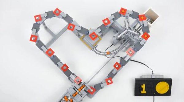 """レゴで玉運び装置「ハートチェーン」を作ってみた! """"ハート形""""に込めた理由に「なるほど~」「気持ちいい機構」の声"""