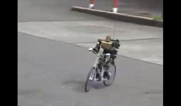 二足歩行ロボットを自転車に乗せてみた! ハンドル操作やブレーキも自由自在にサイクリングを楽しむ姿に「人はいってるだろ」の声
