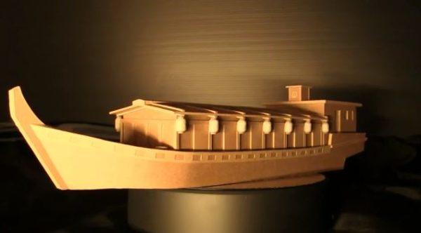 """ダンボールで作った屋形船を""""ラジコン化""""して水に浮かべてみた! 美しい沖縄の海を走る姿に「すごいわw」「まさかの海w」のどよめき"""