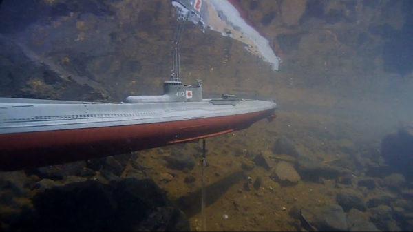 """潜水艦プラモ「ニチモ 1/200 伊19」を""""池デビュー""""させてみた! 大迫力の水中映像に「すっごいやん」「見入っちゃうな…」の声"""