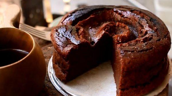 """ダッチオーブンでガトーショコラを焼いてみた! """"自家焙煎""""のコーヒーも淹れて「最高の組み合わせ」「焦げまで美味そう!」の声"""