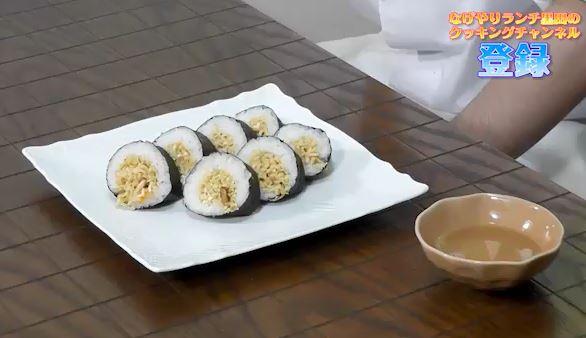 パンとご飯とラーメンで作る寿司…だと? 『OH!MYコンブ』のリトルグルメ、日清カップヌードルを使った「五目ヌードルずし」を実際に作ってみた!