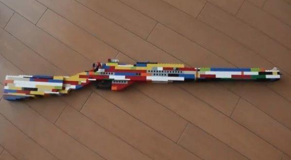 """レゴでライフル型の「輪ゴム銃」を作ってみた! 見た目のカラフルさからは予想外の""""ボルトアクション""""に「子供かと思ったら天才だった」の声"""