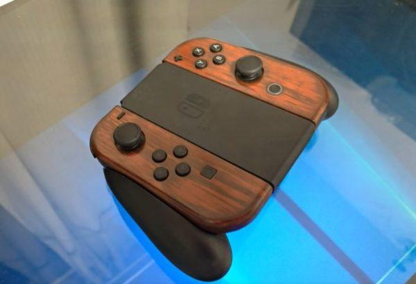"""『Nintendo Switch』を""""木目調""""にしてみた! カラフルなイメージから、落ち着いた家具のごとく変貌を遂げたジョイコンに「おしゃれ」「違和感が行方不明」"""