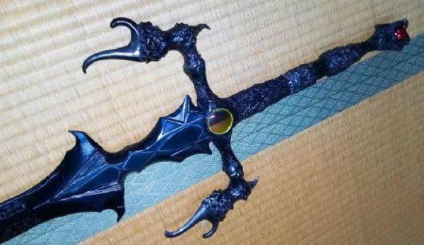 """ファンタジー小説『エルリック・サーガ』の混沌の魔剣ストームブリンガーを作ってみた。""""ルーン文字""""を刻み込み、魂が吸い取られそうに完成!"""
