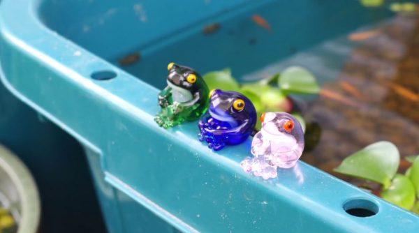 """""""体育座り""""するカエルを作ってみた! ガラス細工の透明感がマッチして「可愛い!」「鳥獣戯画ぽくて好き」の声"""