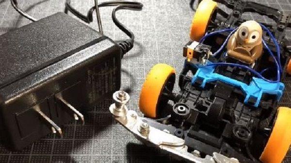 ミニ四駆をコンセントの電源で走らせたらぶっち切りで速くなるのか!? 検証してみた結果…「まあそうなる」
