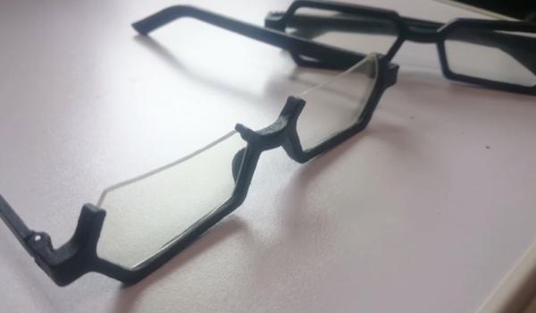 『坂本ですが?』坂本くんのメガネを3Dプリントしてみた。フレームの重厚感まで伝わる再現度に「しっくりくる」の声