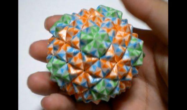 """夏休みの自由工作にいかが? 1辺2cm弱の折り紙を組み合わせた""""手のひらサイズ""""のトゲボールに「触ってみたい!」「工芸品レベル」の声"""