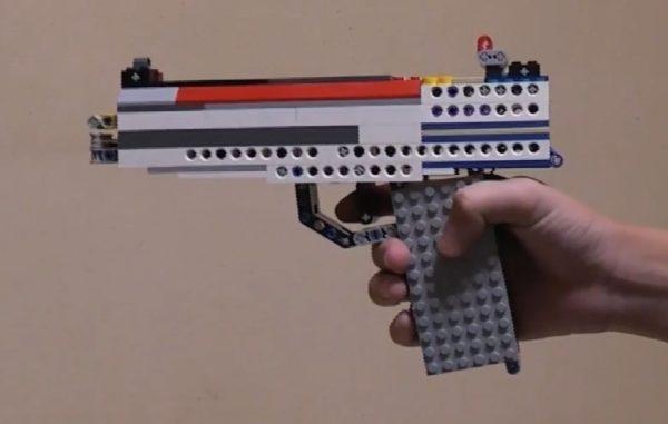 """装填する弾丸もレゴブロック! ボルトアクションまで本格的な""""レゴ銃""""に「かっけぇぇぇ」「おまわりさん、こいつです(笑)」"""