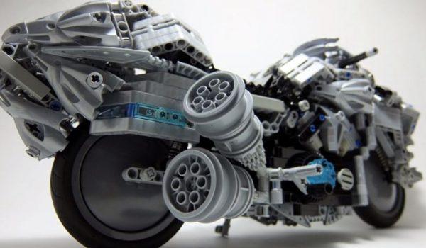 """本当にレゴ!? 『Fate/Zero』キュイラッシェ仕様VMAXが、サスペンションやエンジン動作だけでなく""""音まで再現""""し「ロマンの塊」と感動の声"""