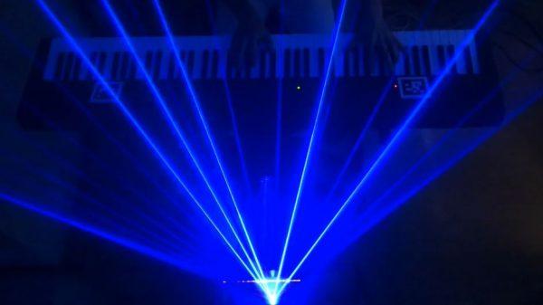 """ピアノに連動する「レーザー演出システム」を作ってみた。""""光が彩る""""『オペラ座の怪人』をご覧あれ!"""