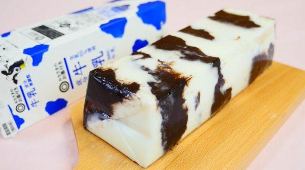 """業務スーパーの「紙パックスイーツ」みたいな牛柄ミルクプリンを作ってみた。牛乳パックをまるごと使った""""迫力レシピ""""でぷるっぷるに完成!"""