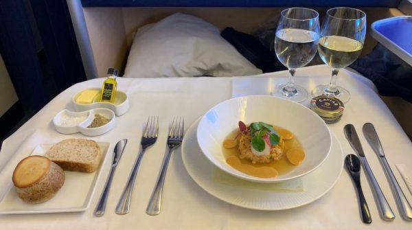 """ANAファーストクラスの機内食をご紹介。""""大食漢""""による和食と洋食のダブル食レポにうらやましさが止まらない"""