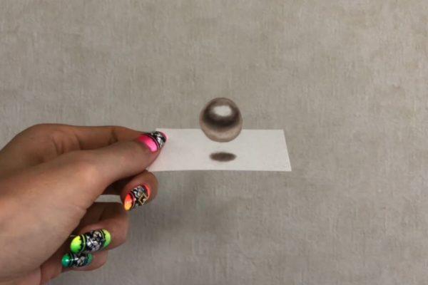 """紙の上にボールが浮いて見える⁉ 化粧品の""""アイシャドウ""""で描いたトリックアートの、緻密な書き込みがすごい"""
