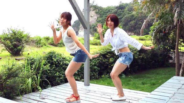 これぞ夏! 美脚おねえさん2人組の爽やか&セクシーなダンスに「わぉ、可愛ぃぃ!」の声