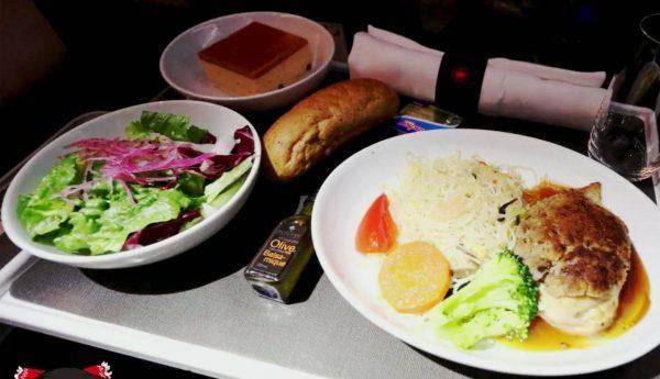 「プレミアムエコノミー」って実際どうなの? エア・カナダの機内食、キャビン各所などリアルなレポートに興味津々