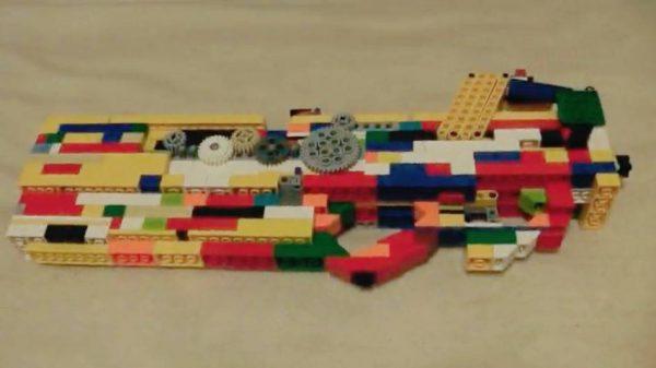 """レゴでマガジン式の""""輪ゴム銃""""を作ってみた! おもちゃっぽい外観ながら本格的な内部機構に「キミ何歳」「たぶん天才」の声"""
