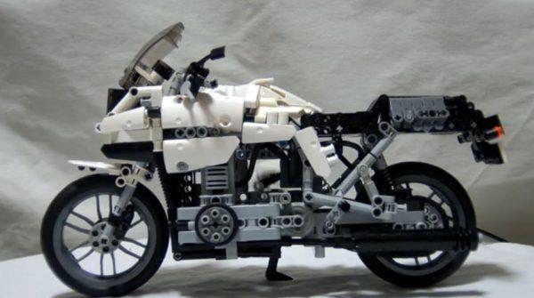 レゴでスズキの「GSX400S KATANA」を作ってみた! マフラーを揺らし、エンジンを動かすレゴバイクに「よくできてるw」「実車だこれ」と驚きの声