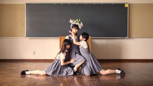 """""""百合な三角関係""""をダンスで表現!――制服女子×3による大胆な演出にタメ息続出「スゴい世界を見た」「尊い…」"""