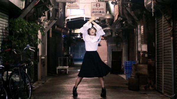 ポニテ×純白ブラウスの可憐過ぎる少女が魅惑のダンス――昭和ノスタルジックな路地で舞い踊る姿に「映画みたいだ…」