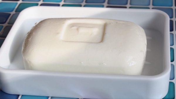 """食べれなさそうで食べれる…? """"牛乳石鹸""""にしか見えない牛乳プリンの作り方"""